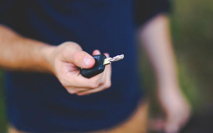 Imagem de homem com chave de carro para texto sobre lançamentos compactos