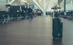 imagem de aeroporto para texto sobre voos com conexão
