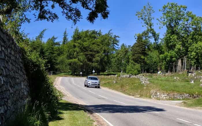 Imagem de carro em estrada para ilustrar texto sobre seguro para estrada