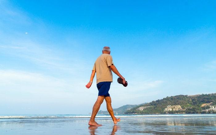 idoso em praia para ilustrar texto sobre seguro viagem para idoso