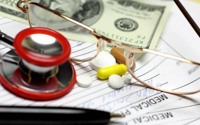 imagem de equipamentos médicos e dinheiro para texto que explica porque plano de saúde é caro