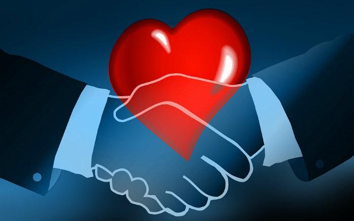 Desenho de duas mãos dadas e um coração para ilustrar texto sobre plano de saúde com remissão