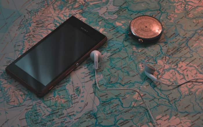 Foto de mapa mundi e celular para ilustrar texto sobre seguro viagem online