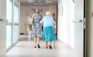 Imagem de idosas no hospital para texto sobre plano de saúde sênior
