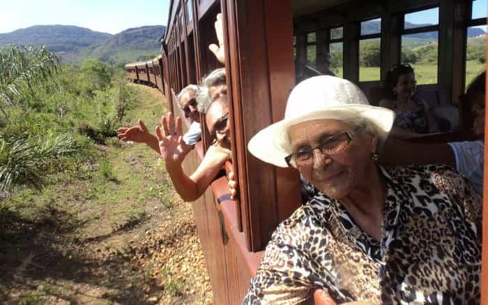 Imagem de idosos em trem para ilustrar texto sobre viagem para terceira idade