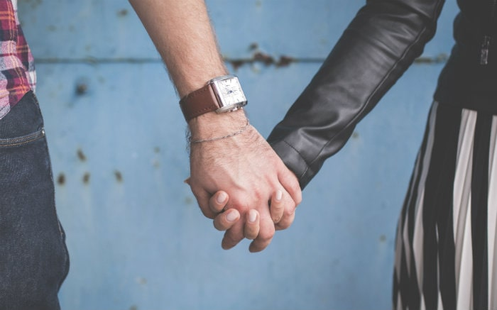 Imagem de casal de mãos dadas para texto sobre seguro de vida conjugal