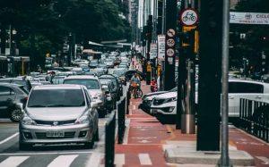 Imagem de carros na rua para texto sobre novos tipos de seguro auto