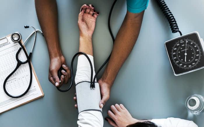 Imagem de médico e paciente para texto sobre Cassi Plano de Saúde