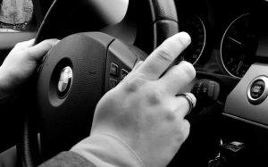 imagem de mãos no volante para texto sobre como usar piloto automático.