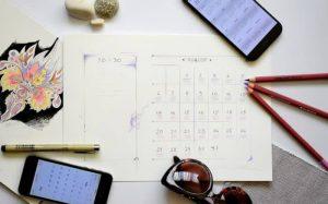 Imagem de calendário e celular para texto sobre feriados 2020