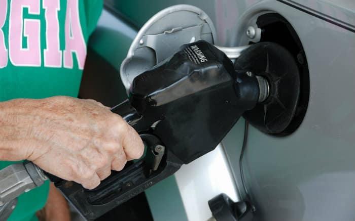 Imagem de bomba de posto de gasolina para texto sobre carros a diesel