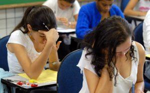 Imagem de pessoas fazendo prova para texto sobre como é o exame psicotécnico