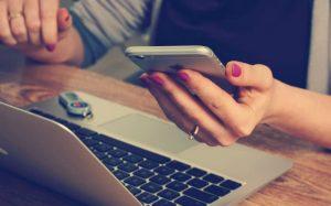 Imagem de pessoa no computador para texto sobre corretor de seguros