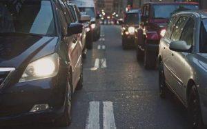 foto de carros na rua para texto sobre trocar de seguro auto