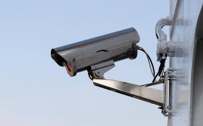 Imagem de câmera de segurança para texto sobre seguro residencial com monitoramento