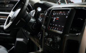 Imagem de parte interna de carro para texto sobre barra de direção