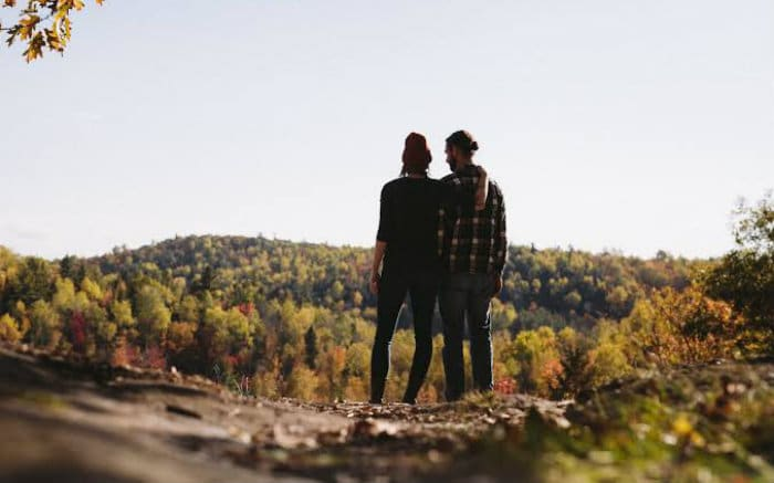 Imagem de casal para texto sobre viagens românticas baratas