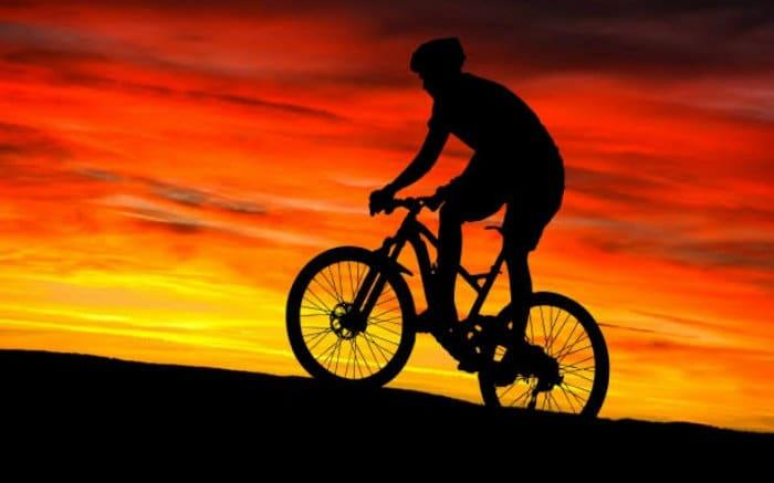 pessoa em bicicleta para texto sobre como funciona o seguro de bicicleta