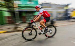 Imagem de ciclista para texto que fala se seguro de bicicleta vale a pena