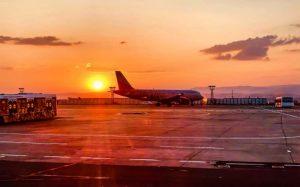 imagem de avião na pista para texto sobre seguro viagem para cancelamento de voo
