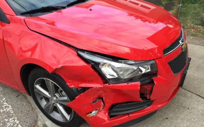 imagem de carro batido para texto sobre sinistro recusado