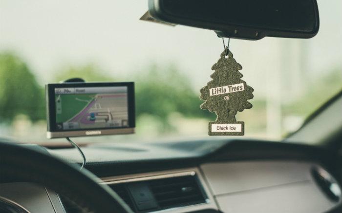 imagem de celular no carro para texto sobre como carregar celular no carro
