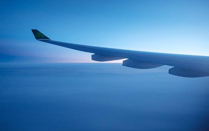 imagem de asa de avião para texto sobre viagem de páscoa