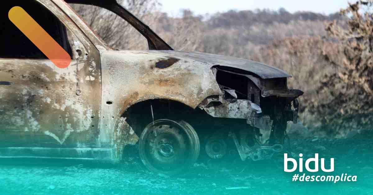 Imagem de carro queimado para texto sobre cobertura contra incêndio no seguro auto
