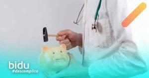 Imagem de médico com cofrinho para texto sobre reajuste de plano de saúde 2020