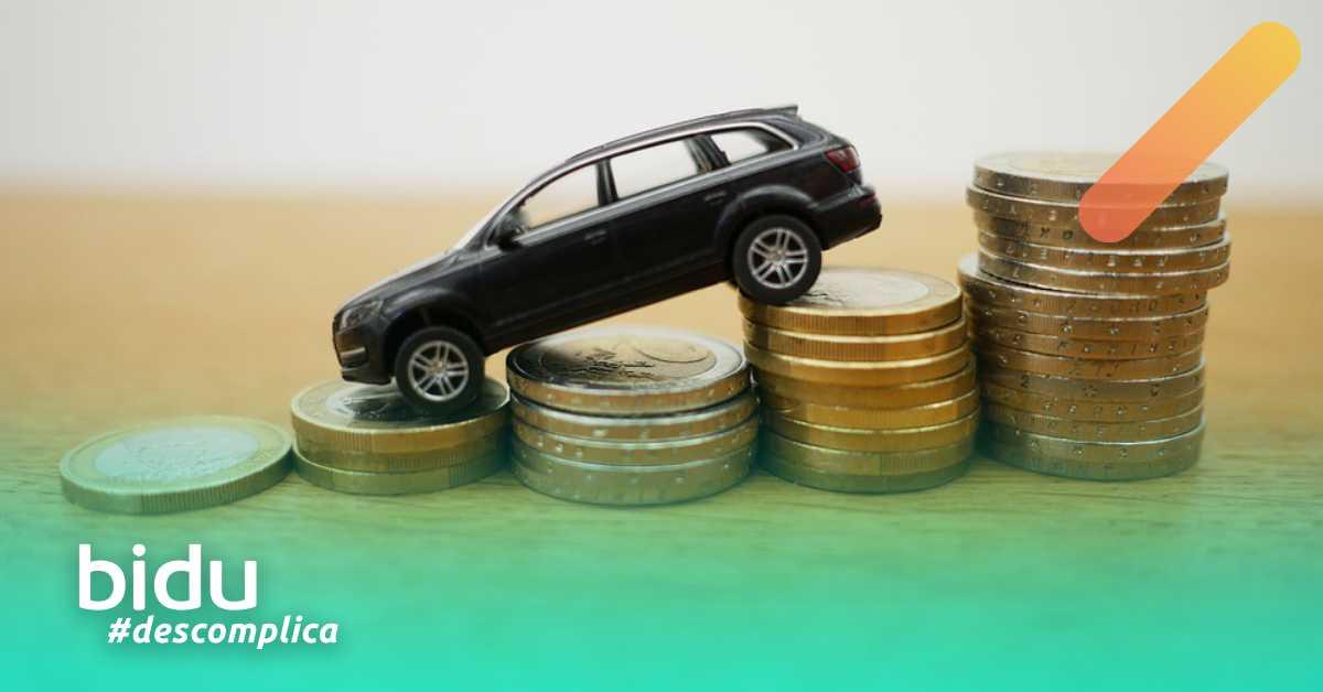 Imagem de carro e moedas para texto que fala se vale a pena financiar carro
