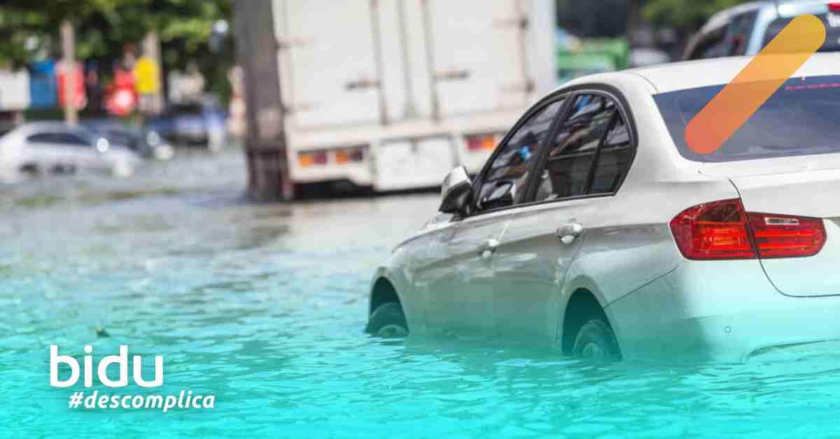 imagem de carro na enchente para texto sobre danos causados por água no motor