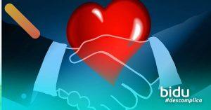 desenho de coração e maos dadas para texto sobre mudar de plano de saúde