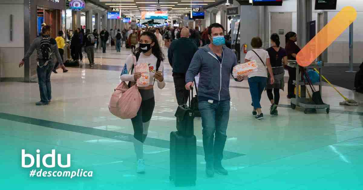 Foto de aeroporto e pessoas com máscaras para texto sobre companhias aéreas e o coronavírus