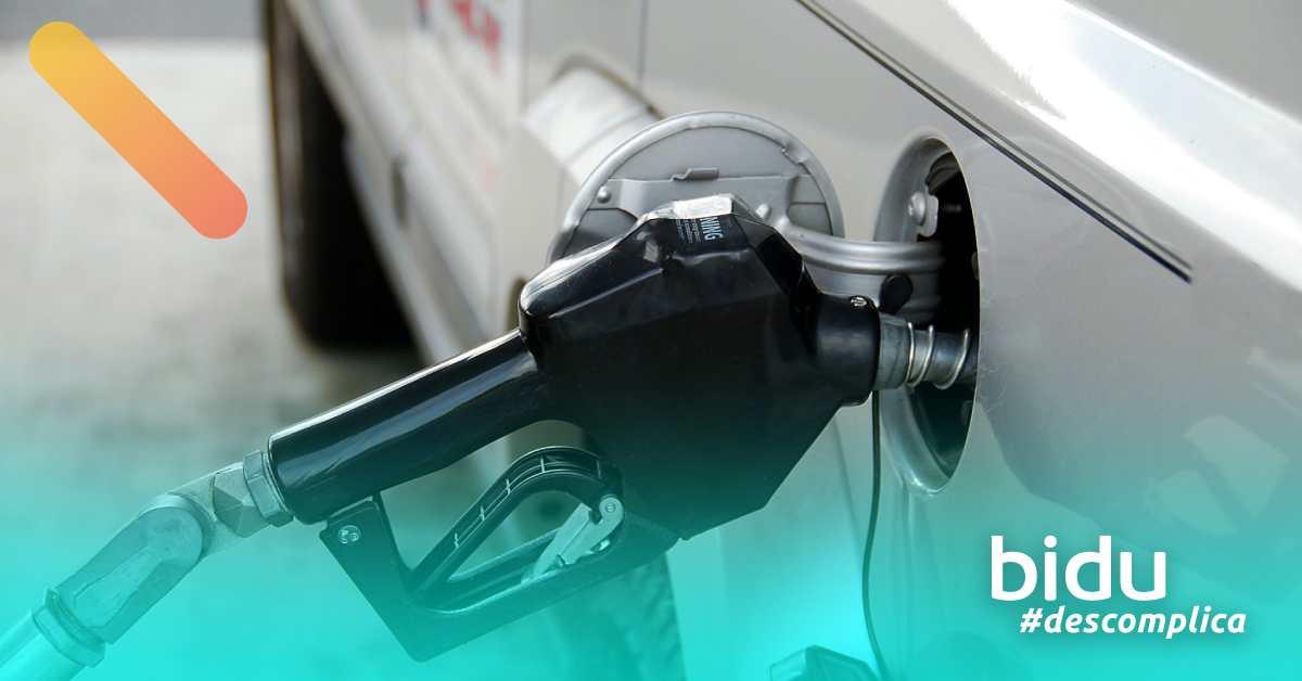 imagem de homem abastecendo o carro para texto sobre gasolina adulterada