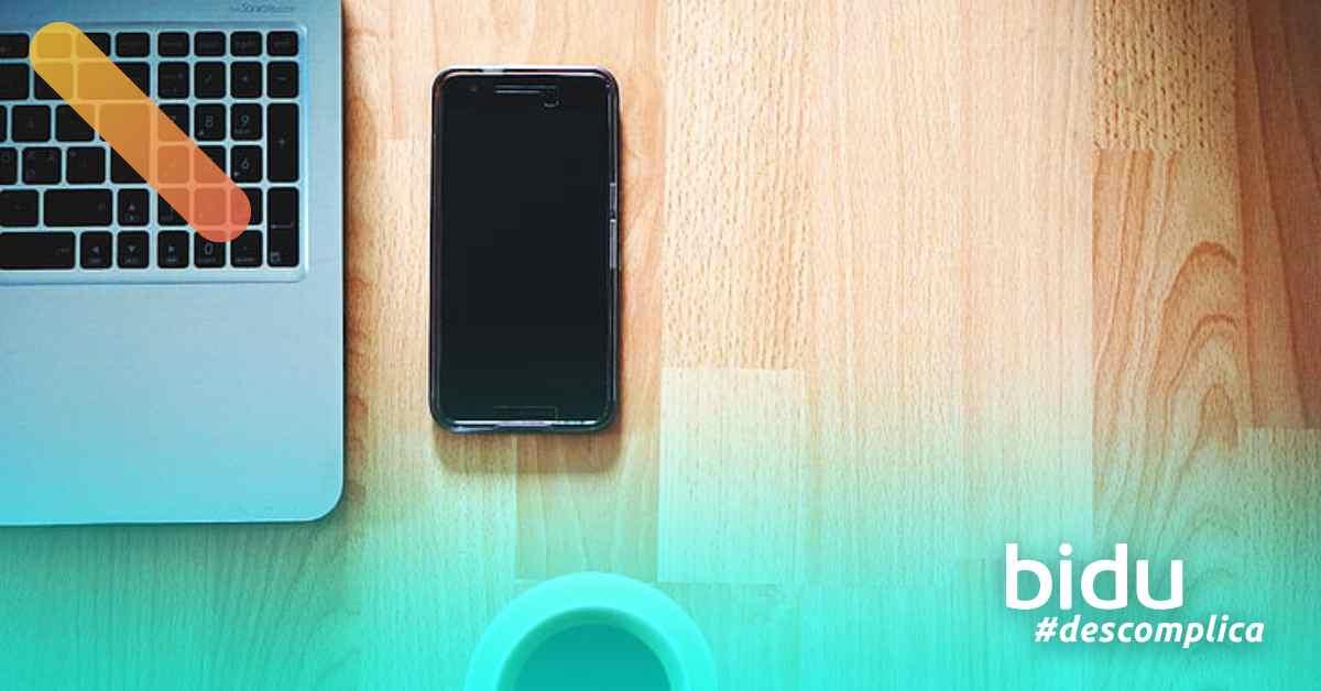 foto de mesa com computador para texto sobre produtividade no home office