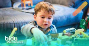 imagem de criança brincando para texto sobre brincadeiras para crianças em casa