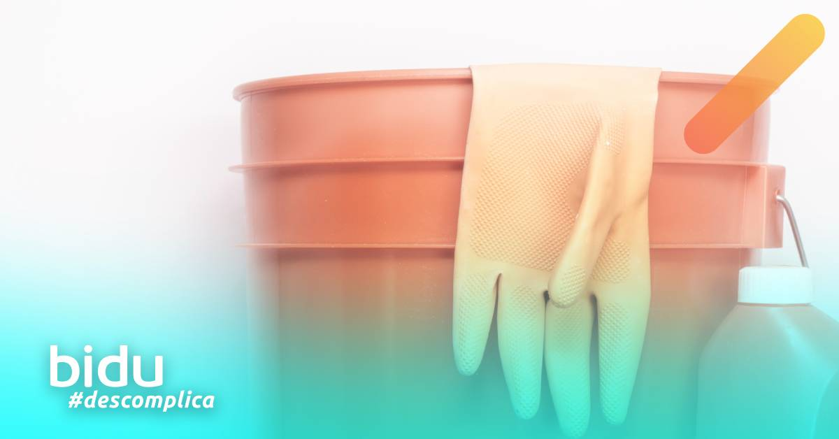 Imagem de balde e luva para texto sobre como desinfetar a casa