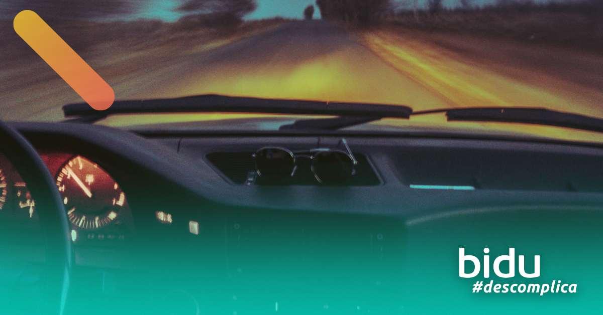 foto de carro na estrada para texto sobre alerta de mudança involuntária de faixa