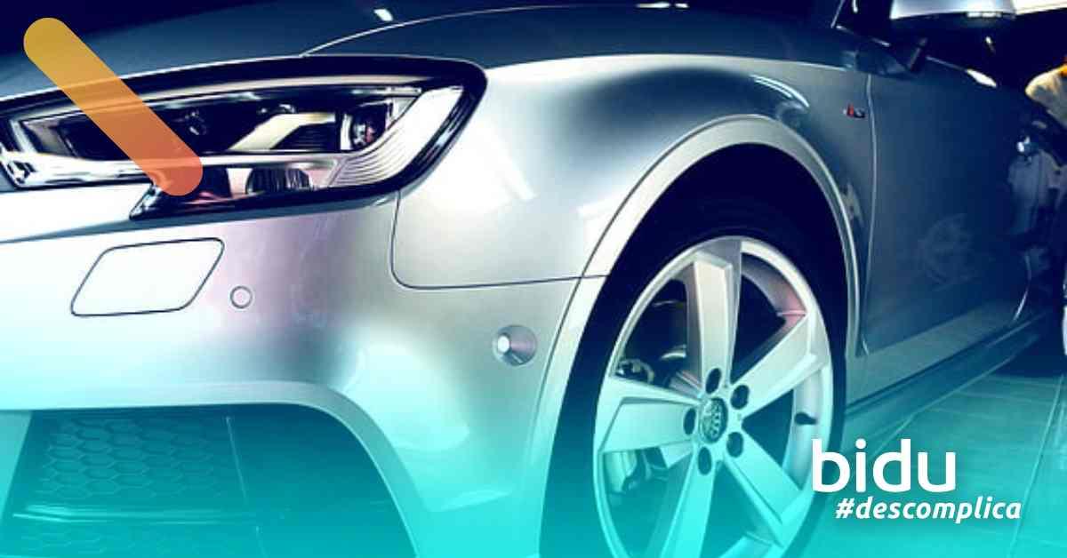 Imagem de carro sendo lavado para texto sobre a melhor cera automotiva