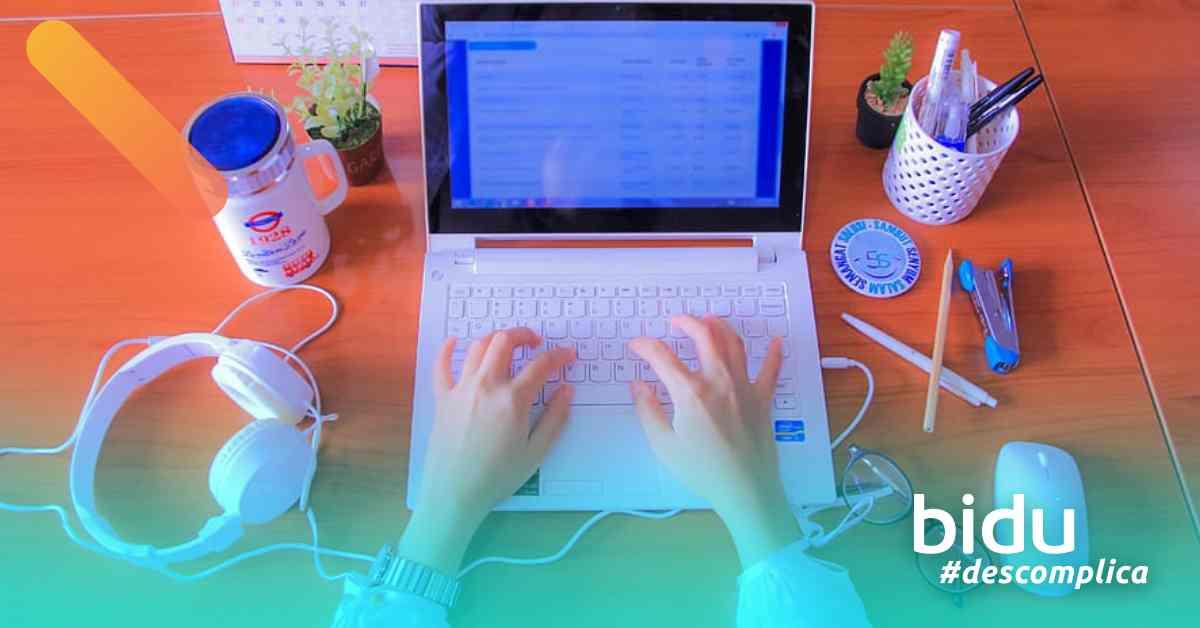 imagem de pessoa trabalhando para texto sobre melhores softwares para home office