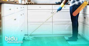 imagem de pessoa limpando a casa para texto sobre cuidados com a casa na quarentena