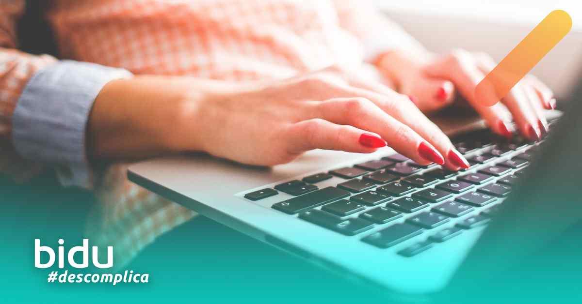 imagem de uma mulher no computador para texto sobre preços de plano de saúde empresarial