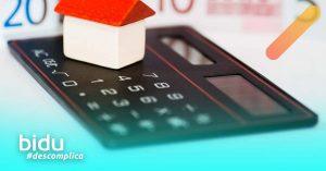 imagem de calculadora e casa para texto sobre pagamento do seguro residencial