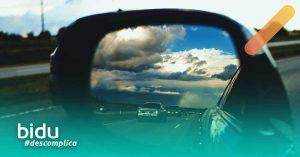 Imagem de retrovisor de carro para texto sobre seguro de carro barato e confiável
